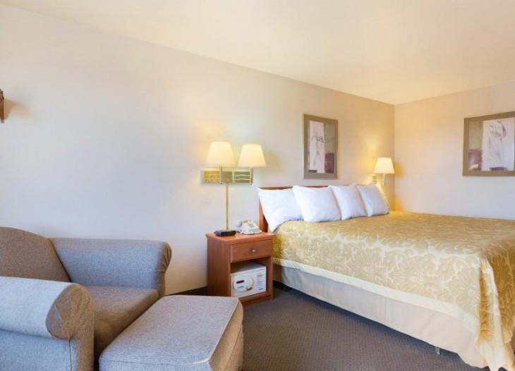 1-Queen-Bed-Room